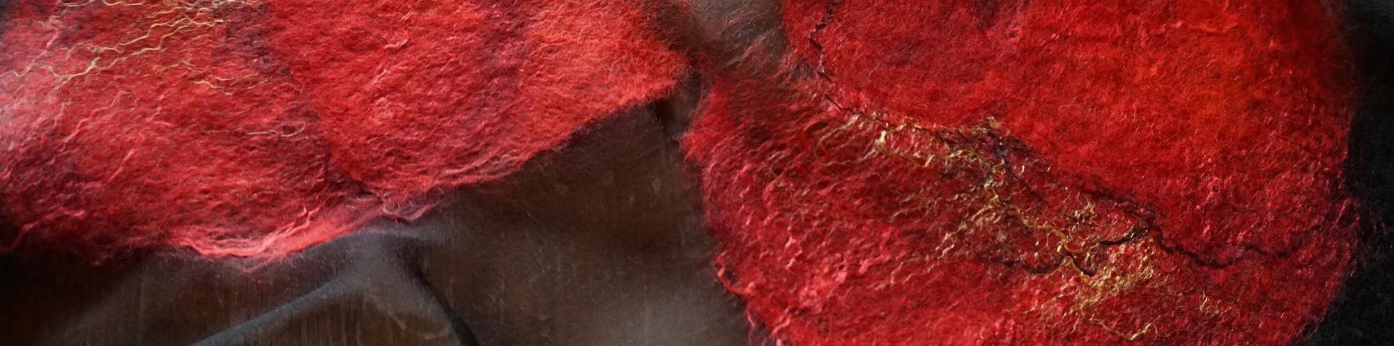 czerwone maki filcowane na szaliku